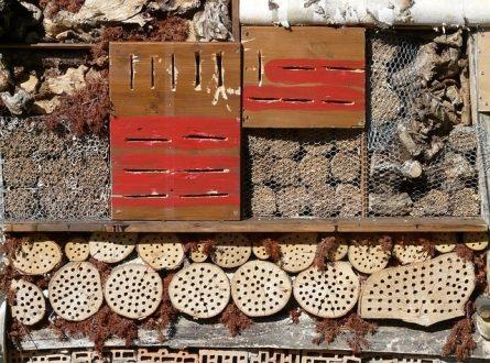 Insektenhotel 445x330 - Insektenhotel - Unterkunft für Krabbeltiere