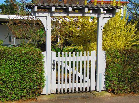 Gartentor 445x330 - Ein Gartentor schafft Privatsphäre